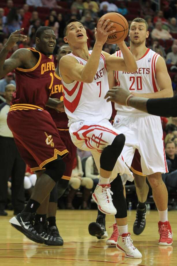 Rockets point guard Jeremy Lin (7) drives. Photo: Mayra Beltran, Houston Chronicle