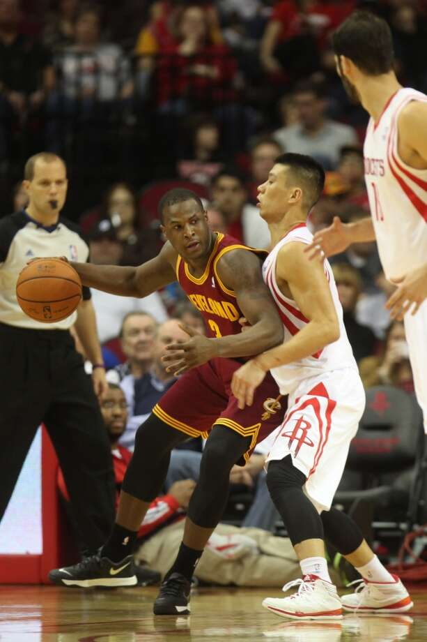 Cavaliers shooting guard Dion Waiters (3) dribbles the ball around Rockets point guard Jeremy Lin. Photo: Mayra Beltran, Houston Chronicle