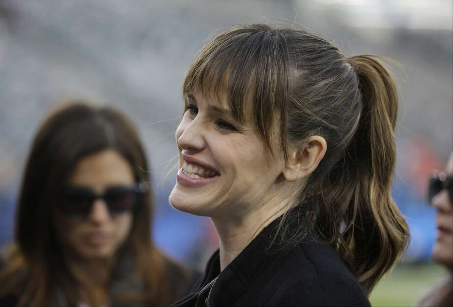 Actress Jennifer Garner smiles as she stands on the field at MetLife Stadium before the NFL Super Bowl XLVIII football game between the Seattle Seahawks and the Denver Broncos Sunday, Feb. 2, 2014, in East Rutherford, N.J. (AP Photo/Matt Slocum) Photo: Matt Slocum, AP