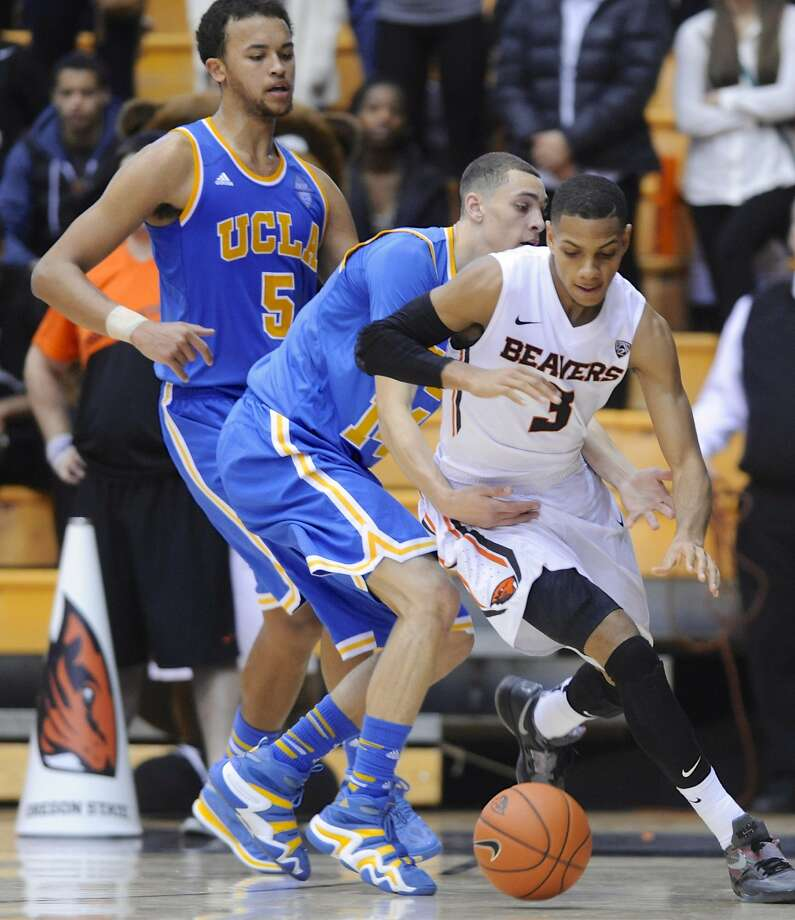 Oregon State's Hallice Cooke, who scored 20 points, drives against UCLA's Zach LaVine (14) and Kyle Anderson (5) during the second half. Photo: Greg Wahl-Stephens, Associated Press
