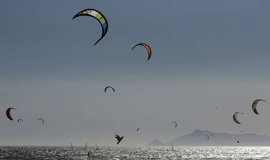 Kitesurfers practice at Barra da Tijuca beach in Rio de Janeiro February 2, 2014.  REUTERS/Ricardo Moraes (BRAZIL - Tags: SOCIETY TPX IMAGES OF THE DAY) Photo: Ricardo Moraes, Reuters