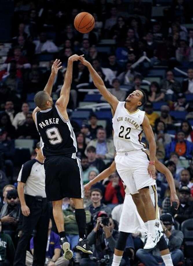 El francés Tony Parker, de los Spurs de San Antonio, dispara frente a Brian Roberts, alero de los Pelicans de Nueva Orleáns, en el duelo del lunes 3 de febrero de 2014 (AP Foto/Gerald Herbert) Photo: Gerald Herbert, AP / AP