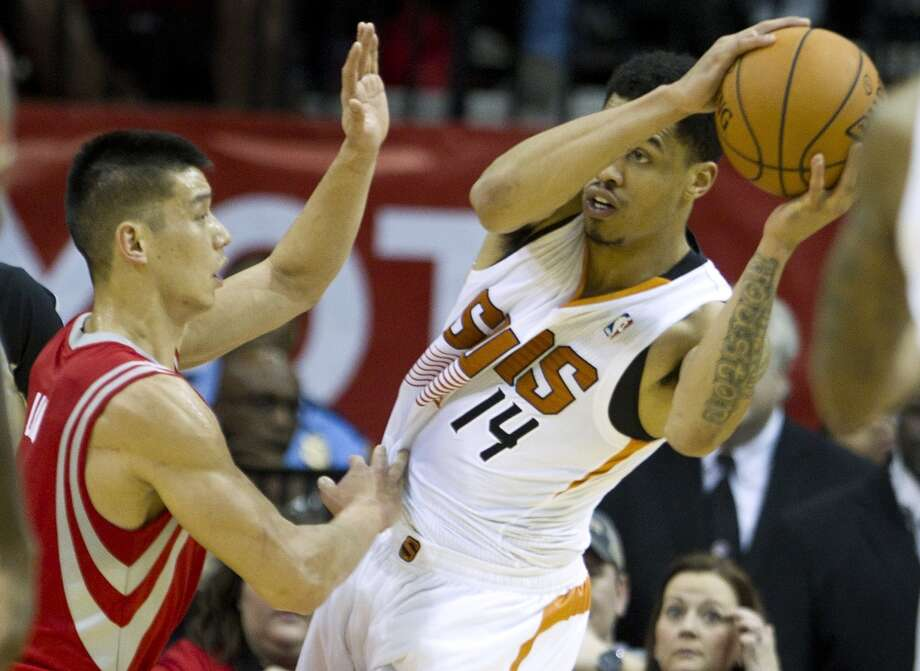 Suns guard Gerald Green (14) looks to pass as he is defended by Rockets guard Jeremy Lin. Photo: Brett Coomer, Houston Chronicle