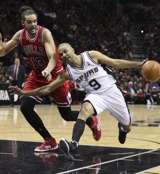Spurs' Tony Parker (09) attempts to run around Chicago Bulls' Joakim Noah (13) at the AT&T Center on Wednesday, Jan. 29, 2014. Photo: Kin Man Hui, San Antonio Express-News