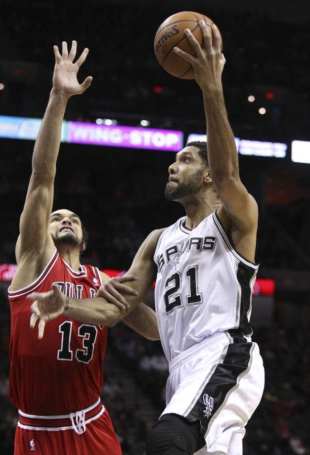 Spurs' Tim Duncan (21) takes a shot against Chicago Bulls' Joakim Noah (13) at the AT&T Center on Wednesday, Jan. 29, 2014. Photo: Kin Man Hui, San Antonio Express-News