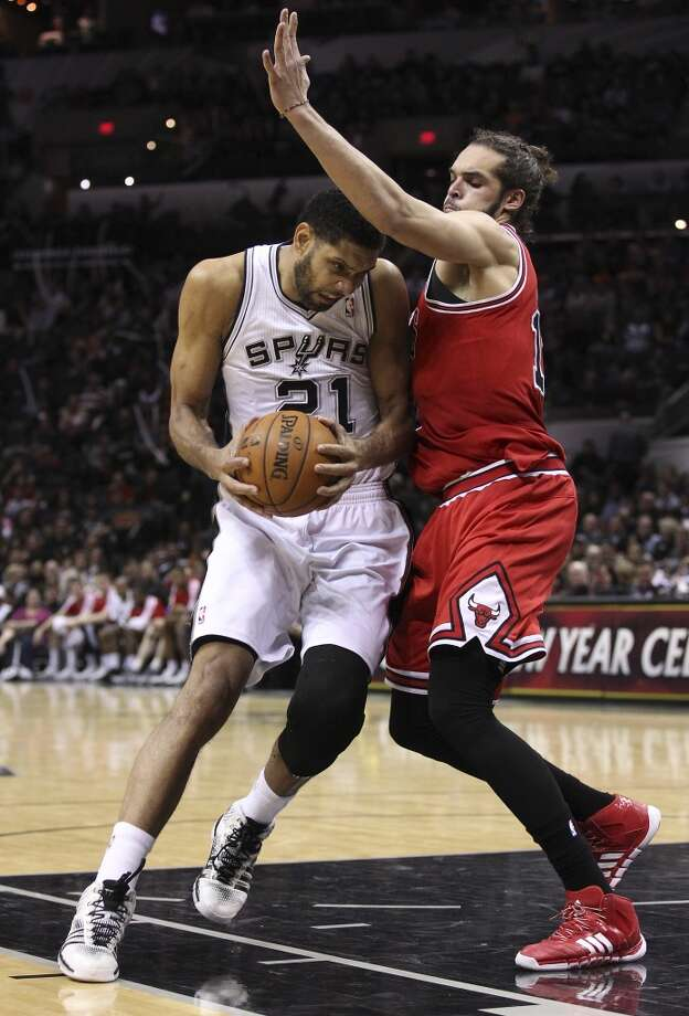 Spurs' Tim Duncan (21) gets defended by Chicago Bulls' Joakim Noah (13) at the AT&T Center on Wednesday, Jan. 29, 2014. Spurs lose the Bulls, 86-96. Photo: Kin Man Hui, San Antonio Express-News