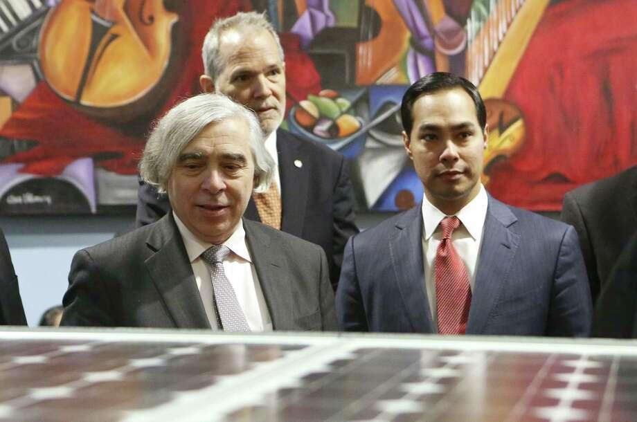 Energy Secretary Ernest Moniz, accompanied by Mayor Julián Castro, views students' solar car project. Photo: Helen L. Montoya / San Antonio Express-News / ©2013 San Antonio Express-News