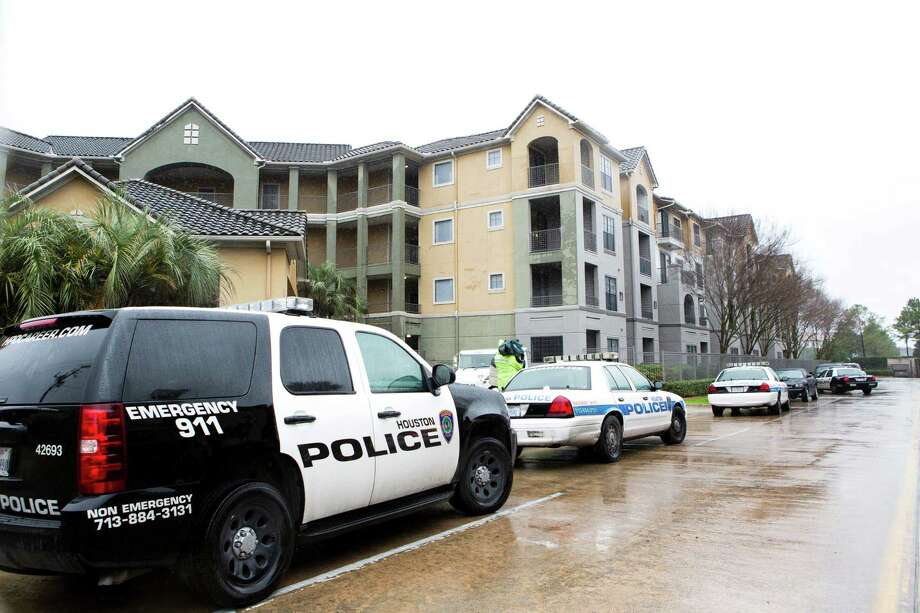 Authorities investigate the fatal shooting by an off-duty University of Texas police officer working a security job Monday at the Arcadian Apartments on Kirby. Photo: Marie D. De Jeséºs, Staff / © 2014 Houston Chronicle