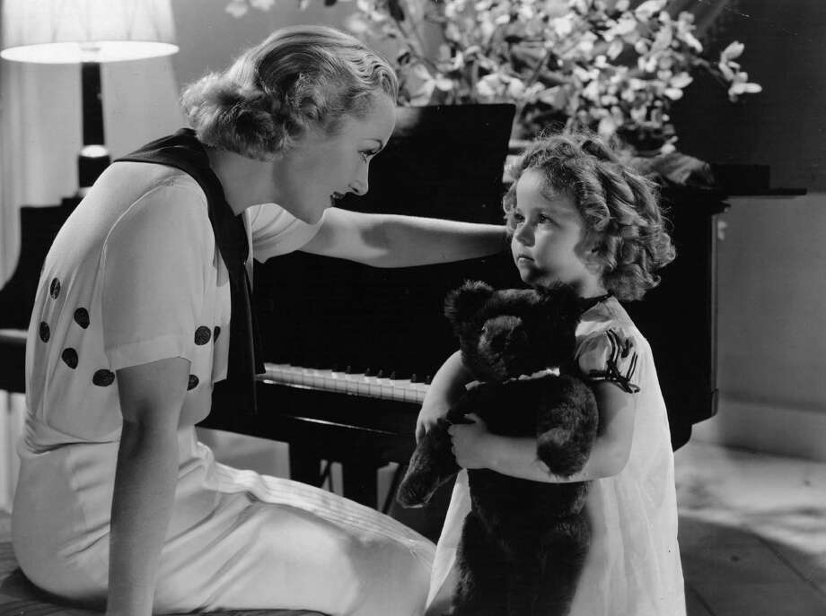 1934:  Carole Lombard (1908-1942) talks to Shirley Temple in a scene from the film 'Now And Forever', directed by Henry Hathaway for Paramount Studios. Photo: Hulton Archive, Getty Images / Moviepix