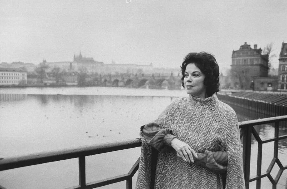 1990:  Shirley Temple Black standing on bridge in Prague. Photo: Terry Smith, Time & Life Pictures/Getty Image / Terry Smith