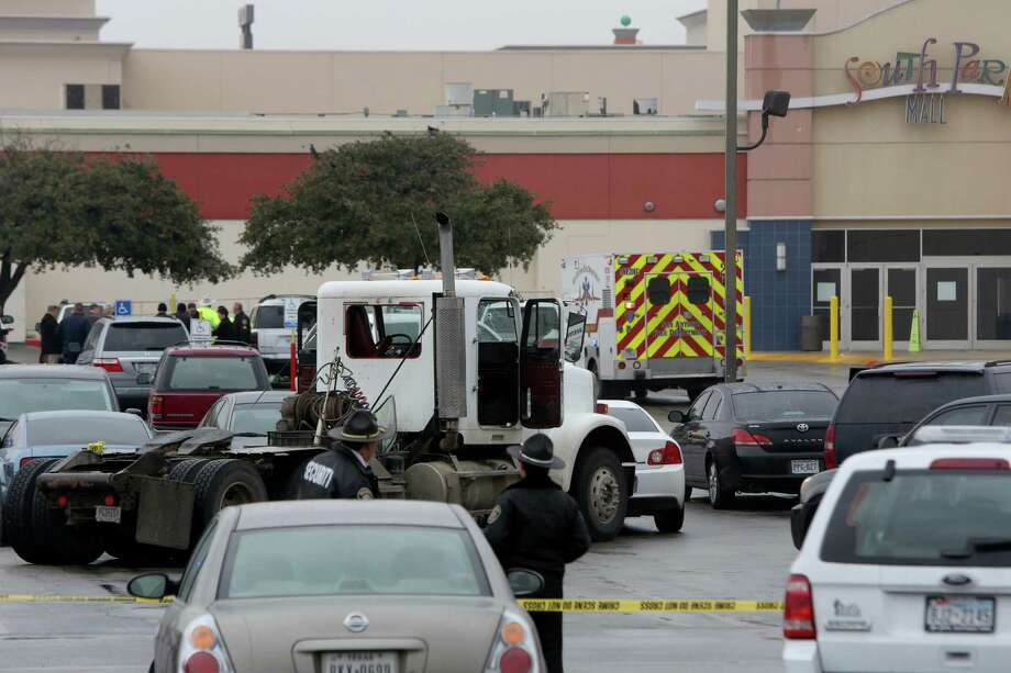 Authorities detained a man in South Park mall after he fled on foot following a chase on Highway 90 and I-35. Photo: Helen L. Montoya, San Antonio Express-News / ©2013 San Antonio Express-News