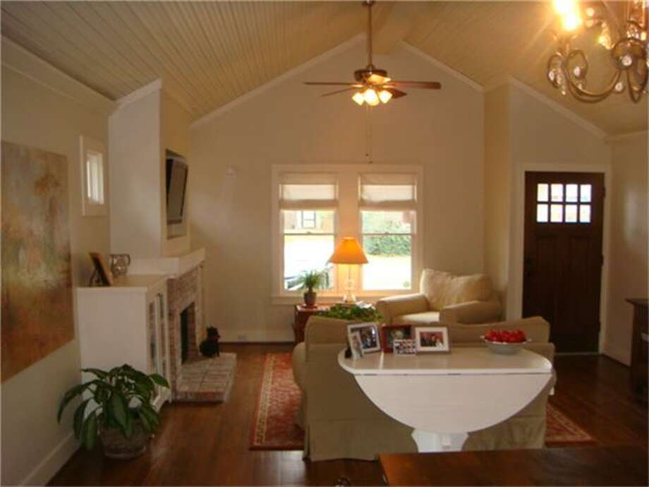 842 East 25th: This 2005 home has 2 bedrooms, 2 bathrooms, 1,284 square feet, and is listed for $449,900. Photo: Houston Association Of Realtors
