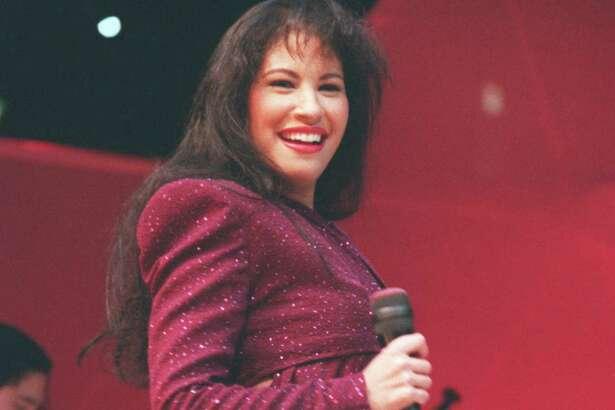CONTACT FILED: SELENA. 02/26/1995 - Tejano singer Selena performs at the Astrodome during the Houston Livestock Show and Rodeo. Selena Quintanilla Perez. HOUCHRON CAPTION (04/01/2005) SECLAVIBRA COLOR: CON LA SONRISA A FLOR DE PIEL: Selena sonríe durante su presentación en el Astrodome el 26 de febrero de 1995 en el Rodeo de Houston, su último concierto antes de su muerte unas semanas después.