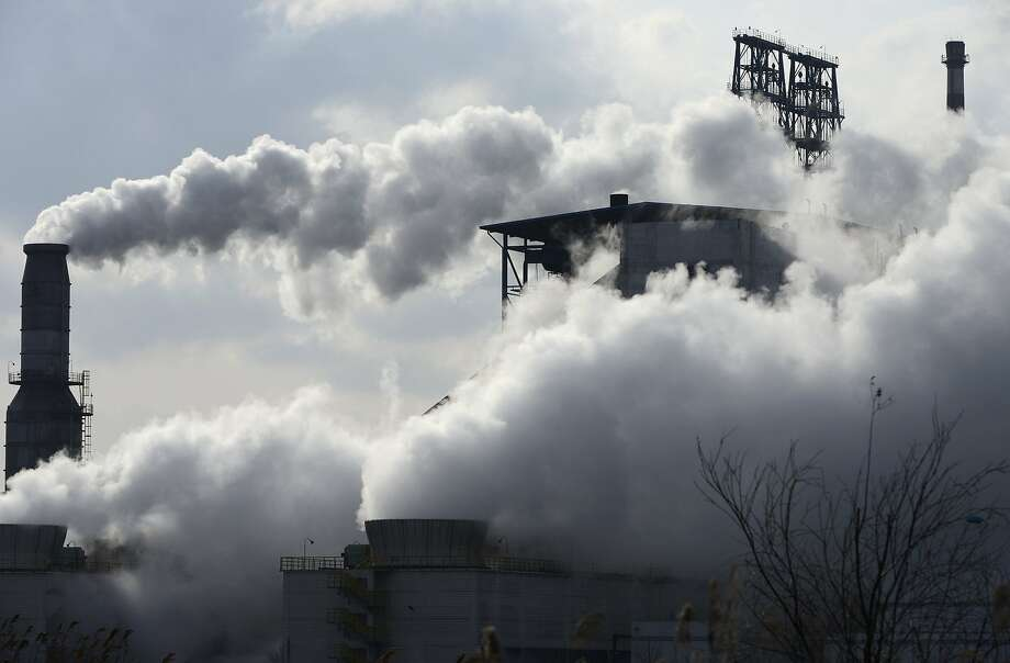 Smoke rises from chimneys at a Sinopec refinery in Qingdao, Shangdong province February 9, 2014. Picture taken February 9, 2014. REUTERS/China Daily (CHINA - Tags: BUSINESS ENVIRONMENT) CHINA OUT. NO COMMERCIAL OR EDITORIAL SALES IN CHINA Photo: China Daily, Reuters