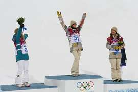 Second-placed Australia's Torah Bright, and third-placed Kelly Clark (R) of the U.S. cheer as winner Kaitlyn Farrington of the U.S. celebrates on the podium after the women's snowboard halfpipe finals at the 2014 Sochi Winter Olympic Games in Rosa KhutorFebruary 12, 2014. REUTERS/Lucas Jackson (RUSSIA - Tags: SPORT OLYMPICS SNOWBOARDING)