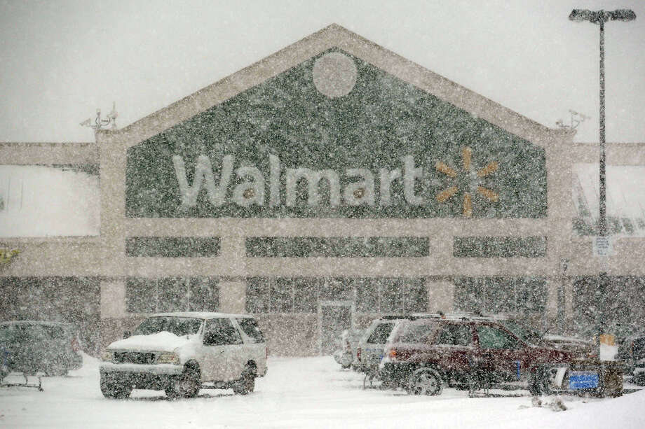 Heavy snow falls on the parking lot at Walmart, in Stratford, Conn. on Feb. 13, 2014. Photo: Ned Gerard / Connecticut Post