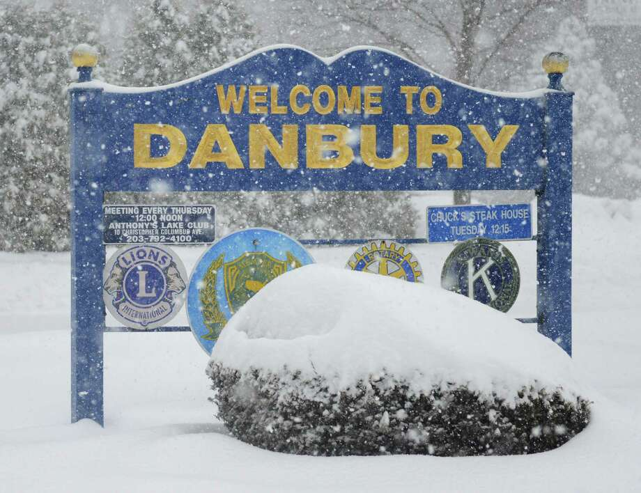 Snow falls in Danbury, Conn. Thursday, Feb. 13, 2014.  Danbury and its surrounding areas are expected to see 14 to 20 inches of snow, which is expected to taper off around midnight. Photo: Tyler Sizemore / The News-Times