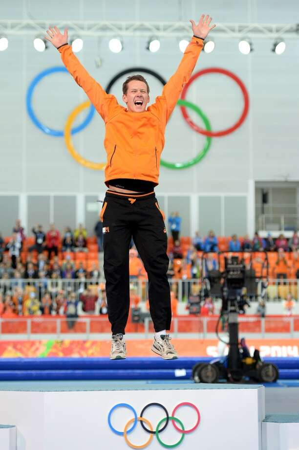 Netherlands' Stefan Groothuis celebrates on the podium after winning the gold medal during the Men's Speed Skating 1000 m Flower Ceremony. Photo: JUNG YEON-JE, AFP/Getty Images