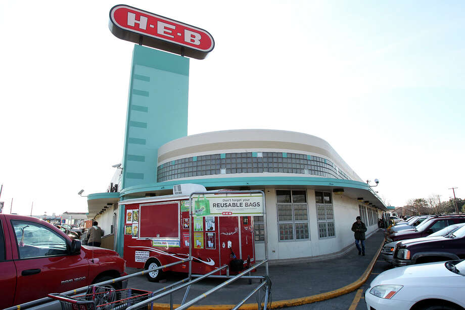 Customers visit a busy H.E.B. at 1601 Nogalitos on February 5, 2014. Photo: For The San Antonio Express-News
