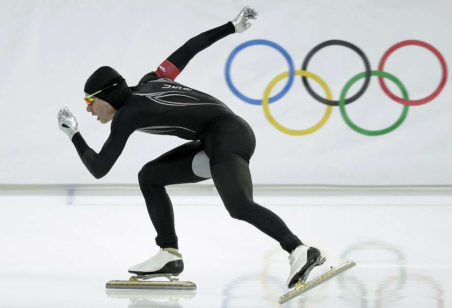 Tucker Fredricks competes Monday in the 500-meter event wearing the suit that was supposed to give Americans an edge. Photo: Patrick Semansky, Associated Press