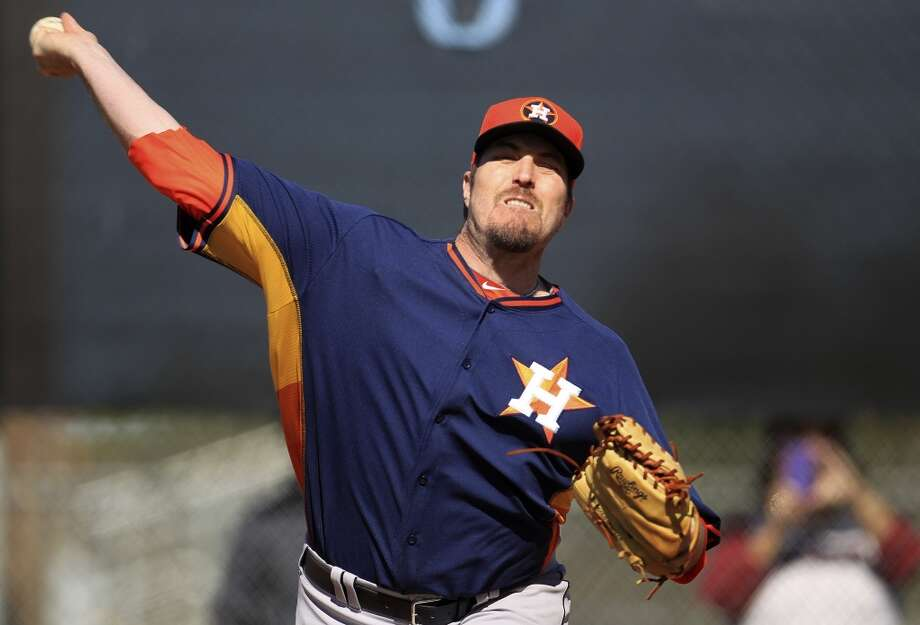 Chad Qualls pitches during the first day of workouts for pitchers and catchers. Photo: Karen Warren, Houston Chronicle