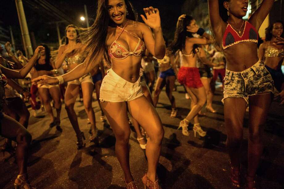 Dancers of Uniao da Ilha do Governador samba school perform during their rehearsal on a street in Rio de Janeiro, Brazil on Februrary 12, 2014. Rio's carnival will be held on March 2 and 3, 2014.  Photo: YASUYOSHI CHIBA, Getty Images / 2014 AFP