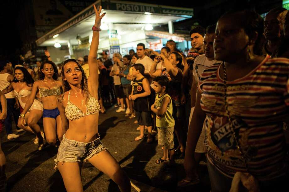 Dancers of Uniao da Ilha do Governador samba school perform during their rehearsal on a street of Rio de Janeiro, Brazil on Februrary 12, 2014. Rio's carnival will be held on March 2 and 3, 2014.  Photo: YASUYOSHI CHIBA, Getty Images / 2014 AFP