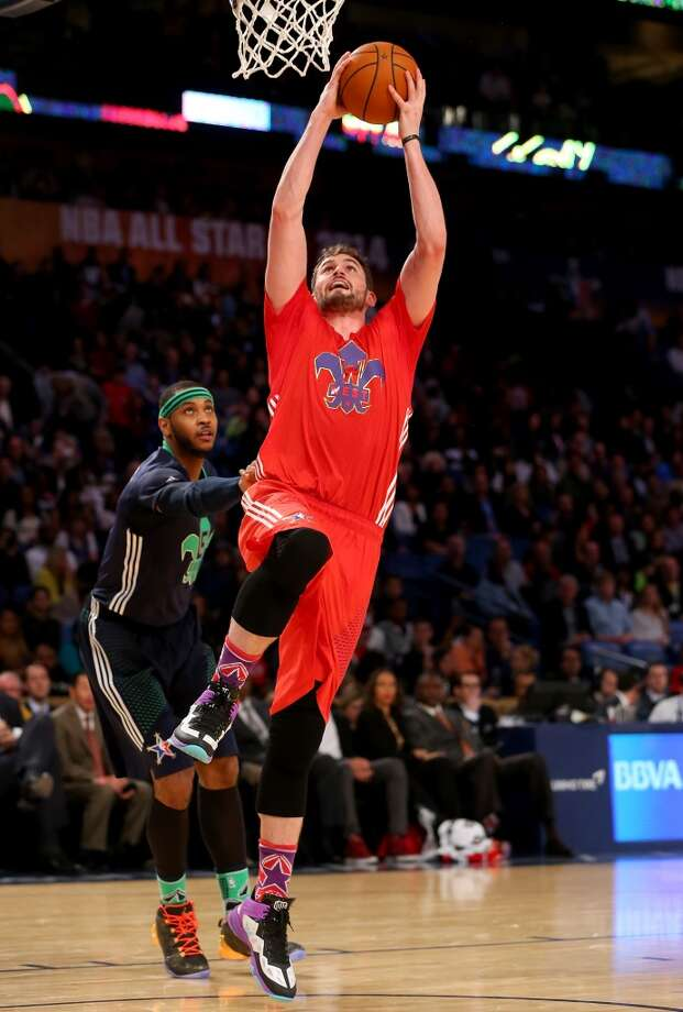 Kevin Love #42 of the Timberwolves heads for the net as the Carmelo Anthony #7 of the Knicks defends. Photo: Ronald Martinez, Getty Images