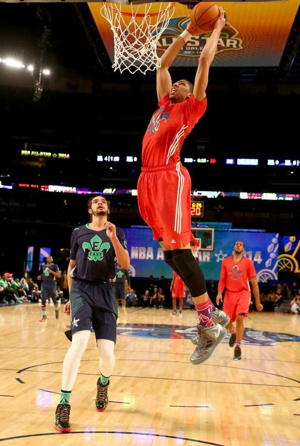 Anthony Davis #23 of the Pelicans dunks as Joakim Noah #13 of the Bulls defends. Photo: Christian Petersen, Getty Images