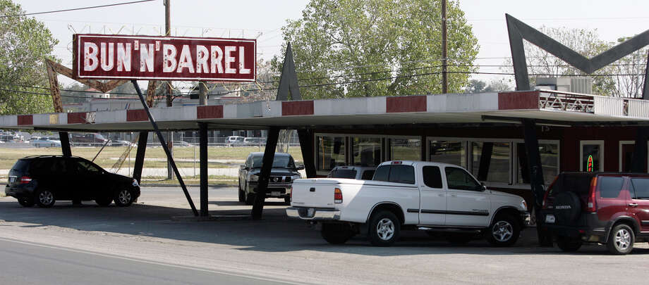 "Bun 'N' Barrel a barbecue tradition since 1950 was featured on the ""Grillin' and Smokin'"" episode of ""Diners, Drive-Ins and Dives"" with Guy Fieri. Photo: WILLIAM LUTHER, SAN ANTONIO EXPRESS-NEWS / SAN ANTONIO EXPRESS-NEWS"