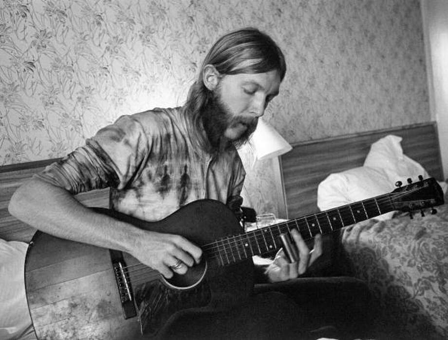 Guitarist Duane Allman uses a steel slide on an acoustic guitar in his hotel room before the Allman Brothers' performance at the Sitar on October 17, 1970 in Spartanburg, South Carolina. Photo: Michael Ochs Archives / Michael Ochs Archives