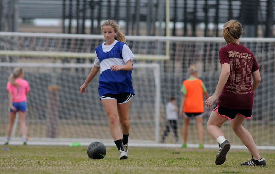 Magnolia West sophomore outside defender Emma Roman moved ball during a 4-on-3 drill at practice. Photo: Jerry Baker, Freelance