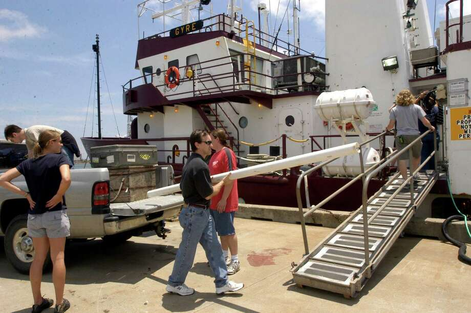 Steve DiMarco, center, load up experimental devices onto the research vessel the Gyro that went to find the dead zone in 2005   (Photo by Kim Christensen) Photo: Kim Christensen, For The Chronicle / Freelance