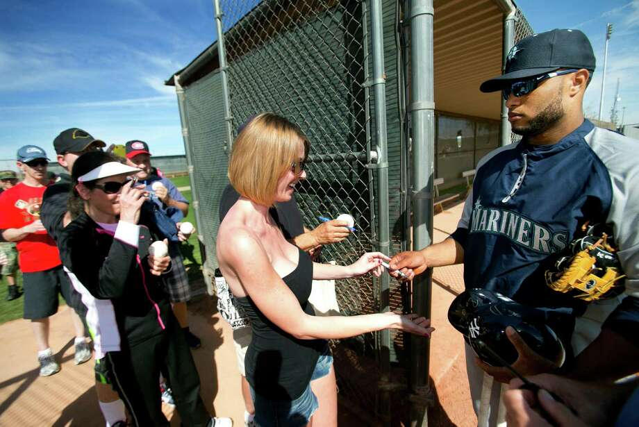 0543986fc3bc2b Fans line up for an autograph for Mariners second baseman Robinson Cano at  the end of