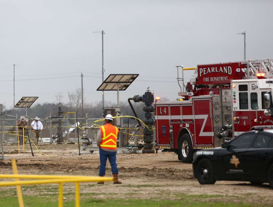 Emergency crews at the scene of the plane crash in Pearland Wednesday morning. (Marie De Jesus / Houston Chronicle)