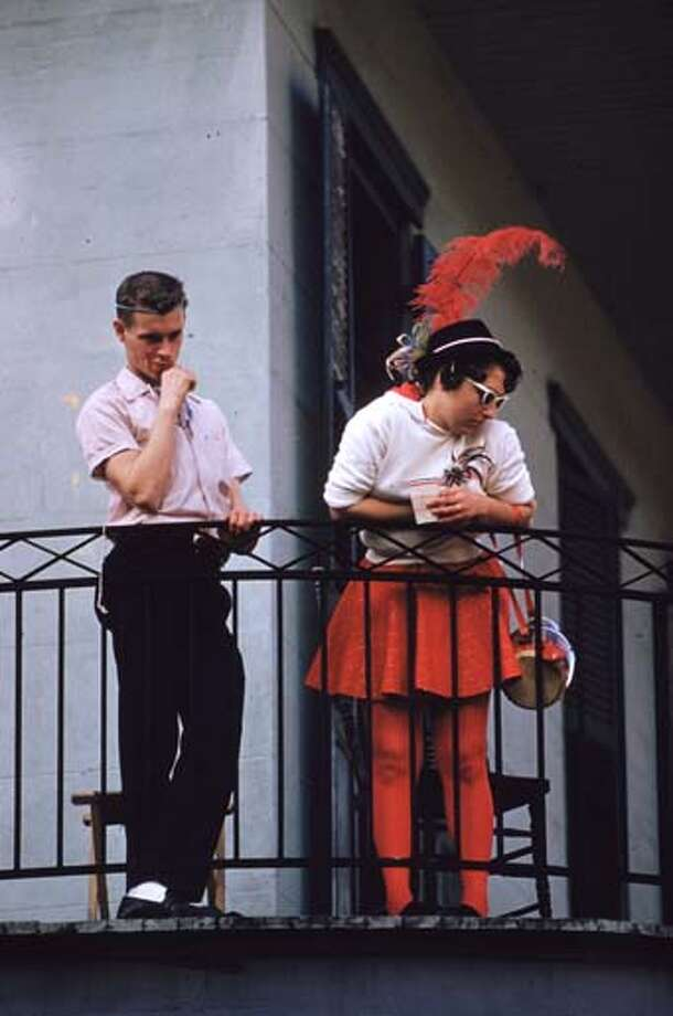 Two spectators on a balcony during Mardi Gras in New Orleans, Louisiana in February 1961. Photo: Ernst Haas, Getty Images / Ernst Haas