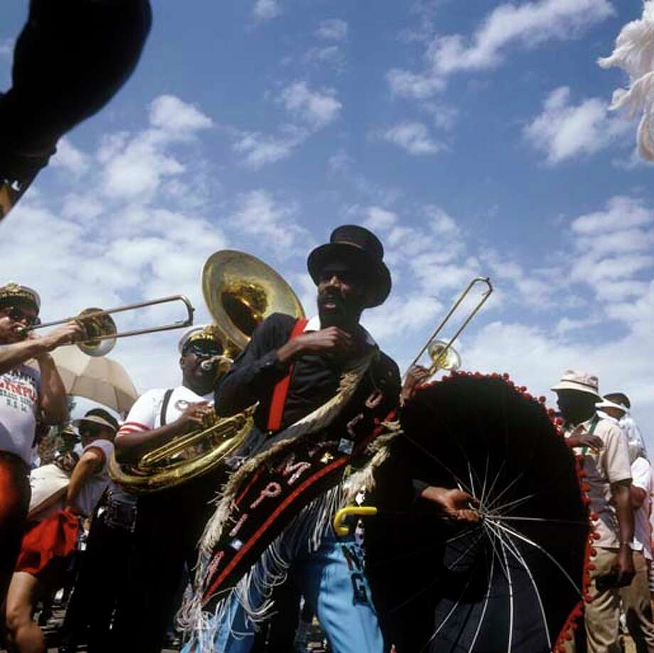 Jazz music being played during the Mardi Gras festivities in New Orleans, Louisiana circa 2000. Photo: David Redfern, Redferns / Redferns