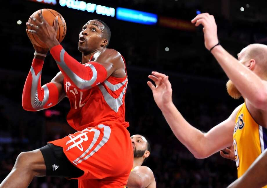 Dwight Howard (12) makes a shot over Chris Kaman. Photo: Wally Skalij, McClatchy-Tribune News Service