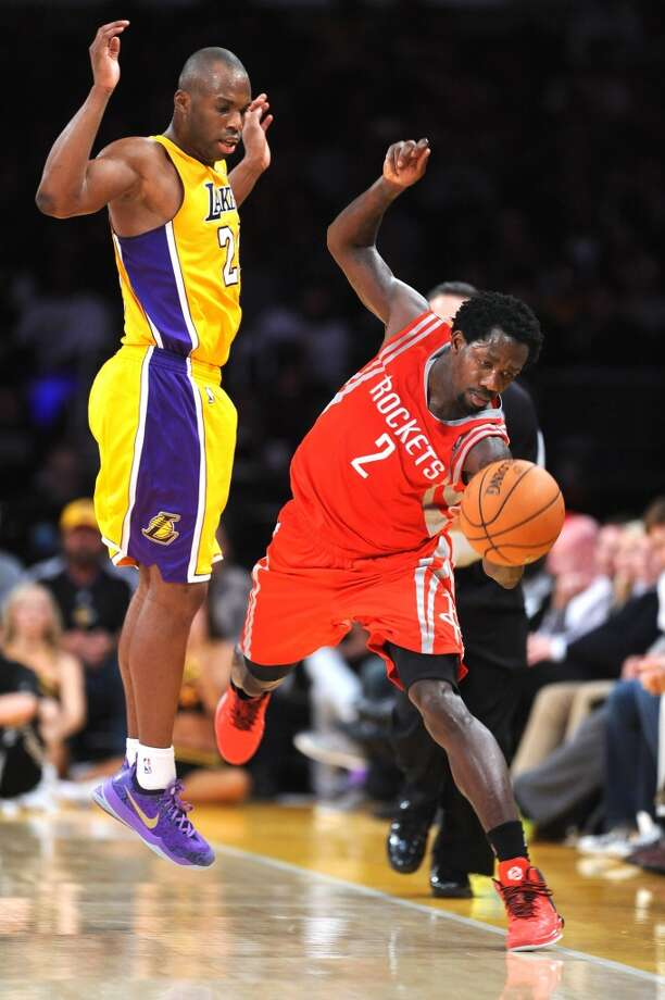 Patrick Beverley tries to save the ball from going out of bounds. Photo: Wally Skalij, McClatchy-Tribune News Service