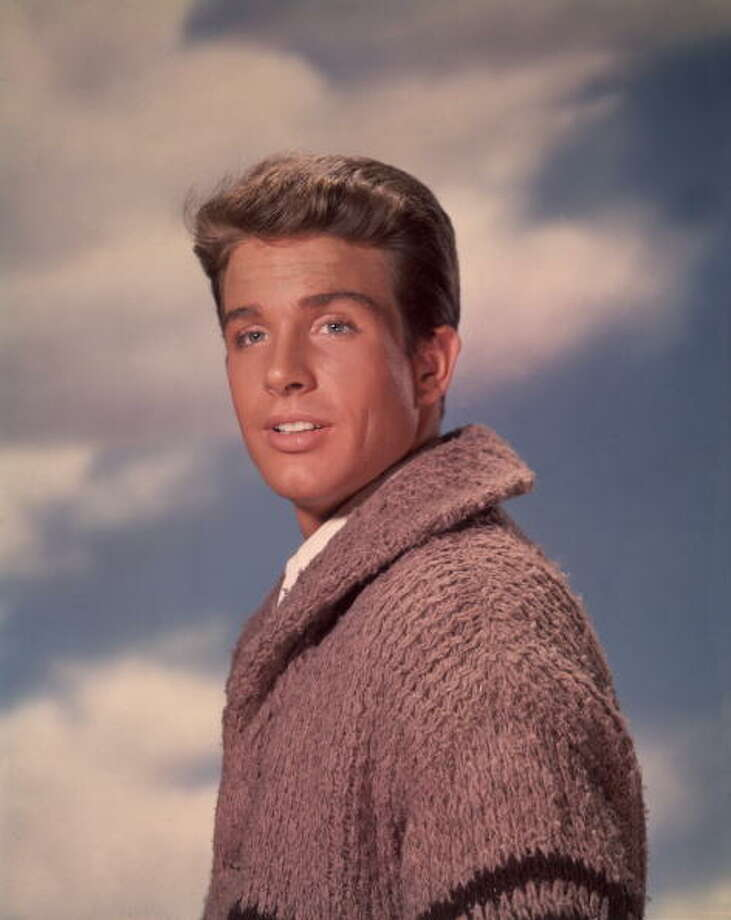circa 1962:  Studio portrait of American actor Warren Beatty wearing a cardigan sweater.  (Photo by Hulton Archive/Getty Images) Photo: Hulton Archive, Getty Images / Archive Photos