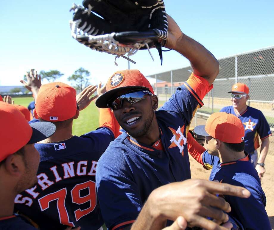 "Dexter Fowler (21) high-fives his teammates during the ""shaking hands/stros win!"" portion of the first full-squad workout. Photo: Karen Warren, Houston Chronicle"