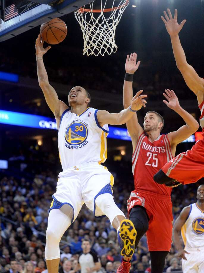 Stephen Curry (30) shoots against Chandler Parsons. Photo: Doug Duran, McClatchy-Tribune News Service
