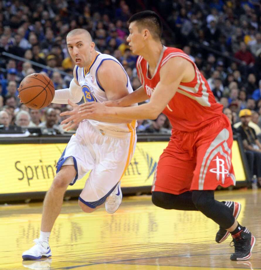 Steve Blake, left, drives against Jeremy Lin. Photo: Doug Duran, McClatchy-Tribune News Service