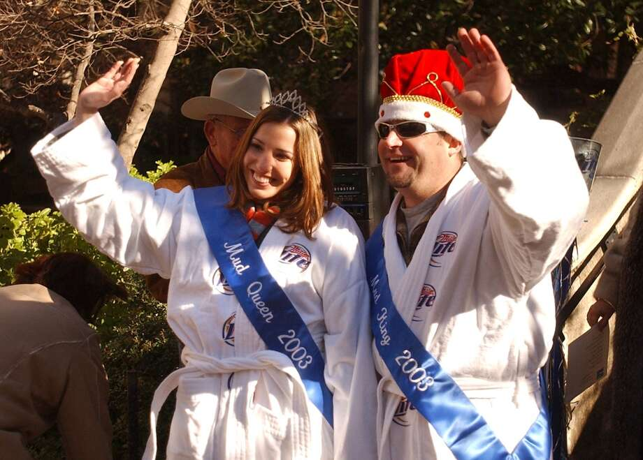 "Mud King and Queen 2003 Jamie Martin, left, and ""Woody,"" wave after receiving their bathrobes and crowns duing a ceremony on the River Walk by Kangaroo Court on Friday, Jan. 17, 2003. The event was part of the 17th annual Miller Lite River Walk Mud Festival. BILLY CALZADA / STAFF Photo: SAN ANTONIO EXPRESS-NEWS"