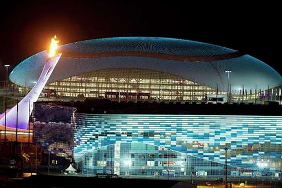 El fuego olímpico, a la izquierda, es encendido durante un ensayo en el Parque Olímpico de los Juegos de Invierno, el martes 6 de febrero de 2014, en Sochi, Rusia. (AP Foto/Pavel Golovkin) Photo: Pavel Golovkin, AP / AP