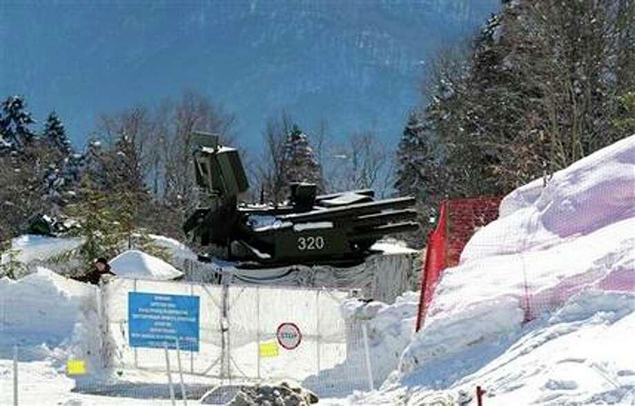 Un batería de misiles antiaéros a las afueras de la sede de las competencias de esquí de fondo de los Juegos Olímpicos de Invierno es desplegada Krasnaya Polyana, Rusia. el jueves 6 de febrero de 2014. (AP Foto) Photo: Uncredited, AP / AP