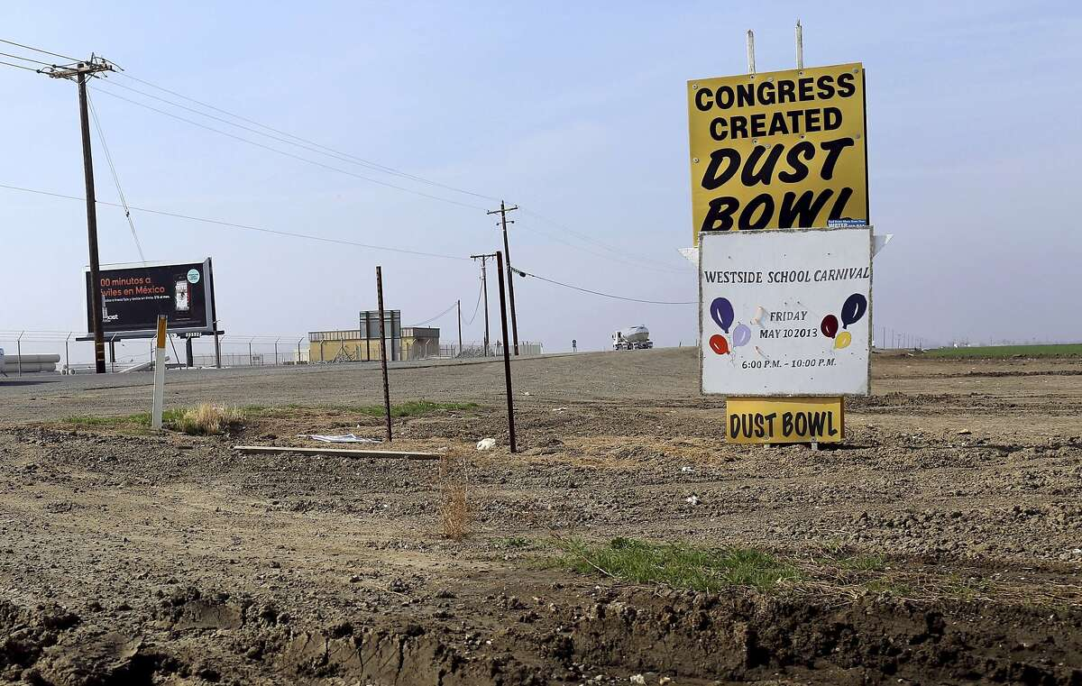 A sign is seen at an intersection near Cantua Creek, California in this February 14, 2014 file photo.The worsening drought in California will for the first time force a complete cutoff of federally supplied irrigation water to most farm districts in the state's Central Valley heartland this year, the U.S. Bureau of Reclamation said on February 21, 2014. REUTERS/Robert Galbraith/Files (UNITED STATES - Tags: BUSINESS ENVIRONMENT AGRICULTURE)