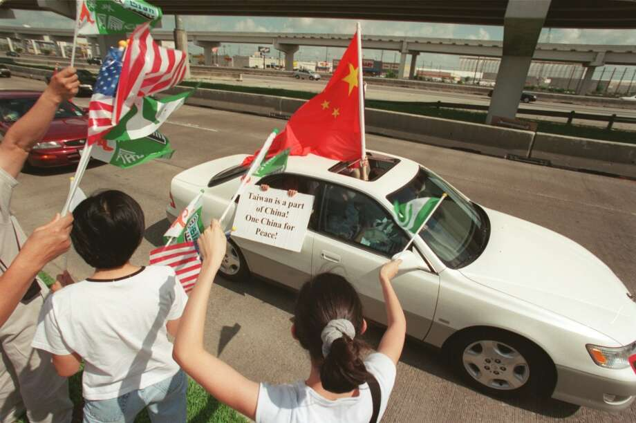 CONTACT FILED:  CHEN SHUI-BIAN 6/3/2001--Pro-Taiwanese separatist demonstrators heckle a passing car filled with opposing demonstrators supporting a cause for a unified China, today, in front of a restaurant along the Katy Freeway near the West Belt.  Taiwanese President Chen Shui-ben was meeting with U.S. Representative Tom DeLay and other members of Congress over lunch.  Photo by Steve Ueckert / Choronicle Photo: Houston Chronicle