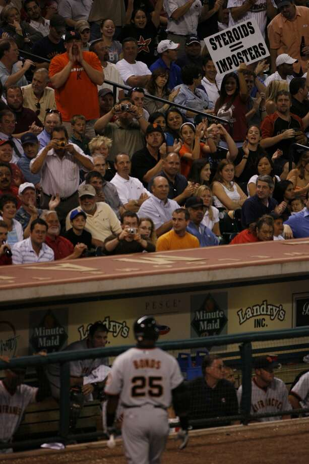 Baseball fans heckle Barry Bonds of the San Francisco Giants after Bonds hit an in field pop fly in the sixth inning of his game against the Houston Astros Monday, May, 15, 2006, at Minute Maid Park.  (Nick de la Torre/Chronicle) Photo: HOUSTON CHRONICLE
