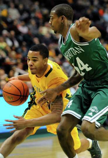 Siena's Marquis Wright, left, drives the ball as Manhattan's George Beamon defends during their bask